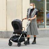 """Stylische Mamis brauchen stylische Kinderwagen:Chloë Sevigny und Baby Vanja cruisen im """"Triv"""" von Nuna durch das spätsommerliche New York."""