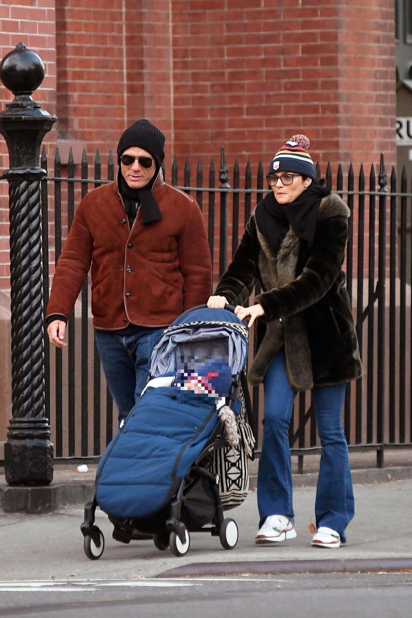 """""""Babyzen Yoyo"""" statt Martini und Knarre:""""James Bond""""-Darsteller Daniel Craig spaziert sichtlich zufrieden neben seiner Frau Rachel Weisz und der gemeinsamen Tochter durch Brooklyn."""