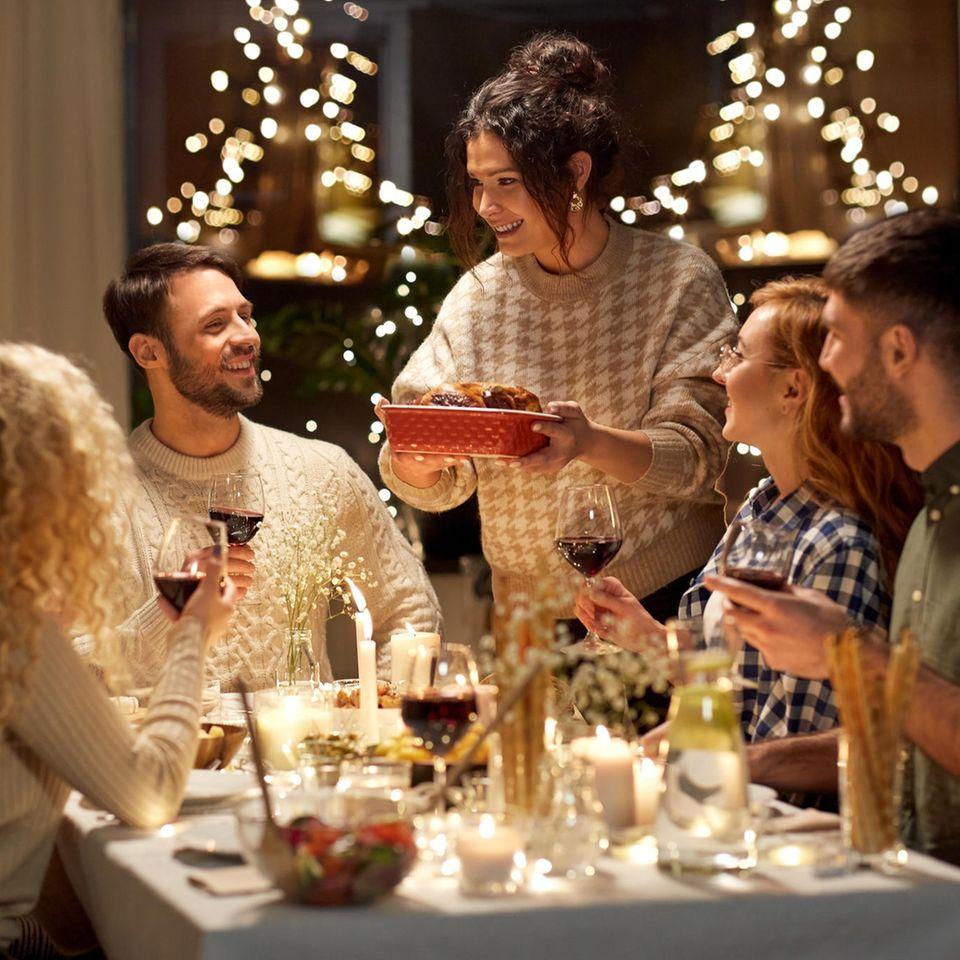 Freunden in festlicher Atmosphäre beim Abendessen