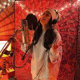 """15. Dezember 2020  Für Popstar Nicole Scherzinger ist ihr Job nicht nur eine Arbeit, der sie nachgeht. Zu diesem Schnappschuss aus dem Studio schreibt die Frontfrau der Pussycat Dolls: """"Meine Therapie. Meine Liebe. Mein Wohlfühlort."""""""