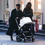 """Supermodel Gigi Hadid schlendert inkognito durch das winterliche New York. Mit dabei: ihre kleine Tochter, Schwester Bella Hadid und der """"Fox"""" von Bugaboo mit cremefarbenem Verdeck."""