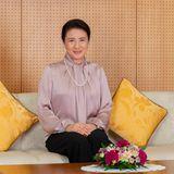 Zum 57. Geburtstag von Kaiserin Masako aus Japan am 9. Dezember veröffentlicht das Kaiserhaus diese neuen Fotos von ihr: Sie trägt eine taupe-farbene Bluse mit Raffungen und Schluppen, die sie locker geknotet hat. Dazu wähltsie eine Perlenkette und passende Perlenohrringe.
