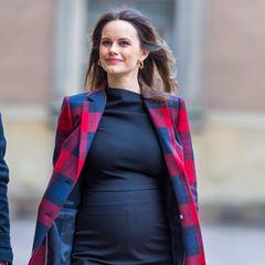 Da ist der Babybauch - und die werdende Mama strahlt! Prinzessin Sofia von Schweden absolviert ihren ersten öffentlichen Termin seit der Bekanntgabe ihrer dritten Schwangerschaft und hüllt die Babykugel in einen engen schwarzen Rock.