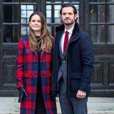 Dazu kombiniert die Frau von Prinz Carl Philip schwarze Lederhandschuhe und Overkneestiefel. Ein rot-blau-karierter Mantel von Tommy Hilfiger für rund 250 Euro rundet den weihnachtlichen Look ab. Das Paar holt am Palast in Stockholm die königlichen Weihnachtsbäume ab.
