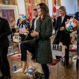 """Prinzessin Mary nimmtim Kopenhagener Rathaus an einem Event zum Start der """"Verdenstimen 2020"""" (dt.: Weltstunde 2020) teil und gibt dabei vollen Einsatz. Mit einem bunten Ball, der eigens dafür entwickelt wurde, will man Kindern die 17 Ziele der UN näher bringen."""