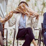"""Die Eröffnungsfeier des Erlebniszentrums """"Naturkraft"""" in Ringköbing wird für Prinzessin Mary im wahrsten Sinne ein Kraftakt gegen die Naturgewalt. Während der Erkundungstour durch den Themenpark testetdie Prinzessin nicht nur einen Sturm-Simulator, auch der starke Wind am Ringkøbing Fjord zerzaustder Kronprinzessin ständig die royale Haarpracht und blästihr den Schal ordentlich um die Ohren."""