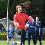 """Für Herzogin Catherine und Prinz William geht es auf den Sportplatz des """"Salthill Knocknacarra GAA Clubs"""" in Galway. Und dort zeigt die Herzogin, wie gut sie am Ball bleiben kann, inklusive lustiger Grimasse."""