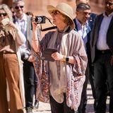 Beim Staatsbesuch in Jordanien wird Königin Sonja mit einer Digitalkamera bewaffnet selbst zum Paparazzo.