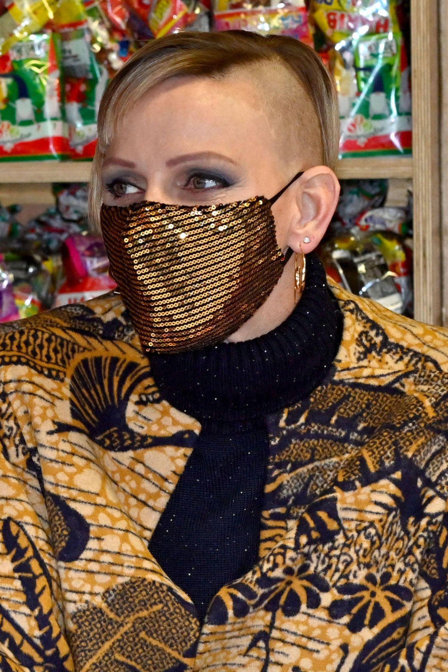 """Wow! Fürstin Charlène zeigt sich beim traditionellen """"Arbre de Noël"""" mit einer nicht wirklich traditionellen neuen Frisur: Sie trägt jetzt einen rasierten Undercut! Auch ihr Augen-Make-up und ihr Outfit sind auffällig und edgy. Als hätte sich die Zwillingsmama neu erfunden!"""