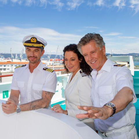 """Kapitän Max Parger (Florian Silbereisen), Hanna Liebhold (Barbara Wussow), Dr. Sander (Nick Wilder) auf dem """"Traumschiff""""(v.l.n.r.)."""