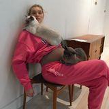 """""""So viele Babies"""", schreibt Model Elsa Hosk zu diesem Schnappschuss mit Katzen und Babykugel! Die schöne Schwedin und ihr Partner Tom Daly erwarten 2021 das erste Kind."""