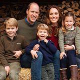 Für uns ist die jährliche Weihnachtskarte von Cambridges bereits eine liebgewonnene Tradition. Ineiner rustikalen Ambiente mit Holz und Heuballenstrahlen vor allem die kleinen Sprösslinge von Kate und William: Charlotte trägt zu braunen Lederstiefelneine dunkelblaue Jeans und einen jadegrünen Pullover aus Wolle und mit Stickereien. Ihre Brüder George (links) und Louis (Mitte) strahlen ebenfalls in Pullover und Jeans in die Kamera. Doch was sehen wir da: Für Prinz Louis gab es vor dem Foto wohl noch eine Spieleinheit, denn seinerechteHosenbeinseite ist leicht verschmutzt. Egal, Hauptsache die Mini-Royals haben Spaß!