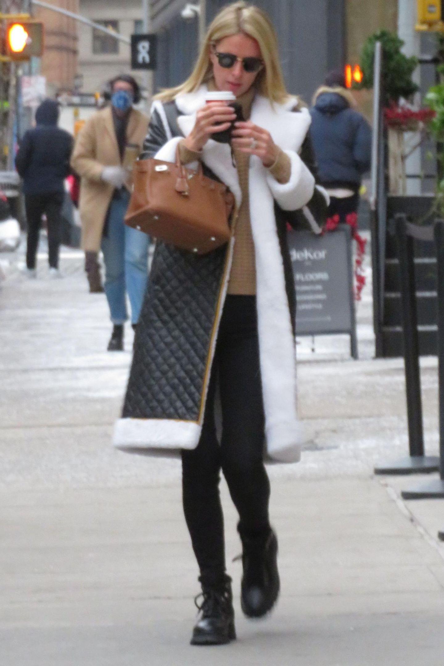 Obwohl Nicky Hiltons Winterlook recht unscheinbar wirkt, ist er dennoch hoch exklusiv. Am Handgelenk der Unternehmerin baumelt die beliebte Birkin Bag, bei der die Preise bei ca. bei 7.000 Euro beginnen und je nach Ausstattung ins unermessliche steigen kann.