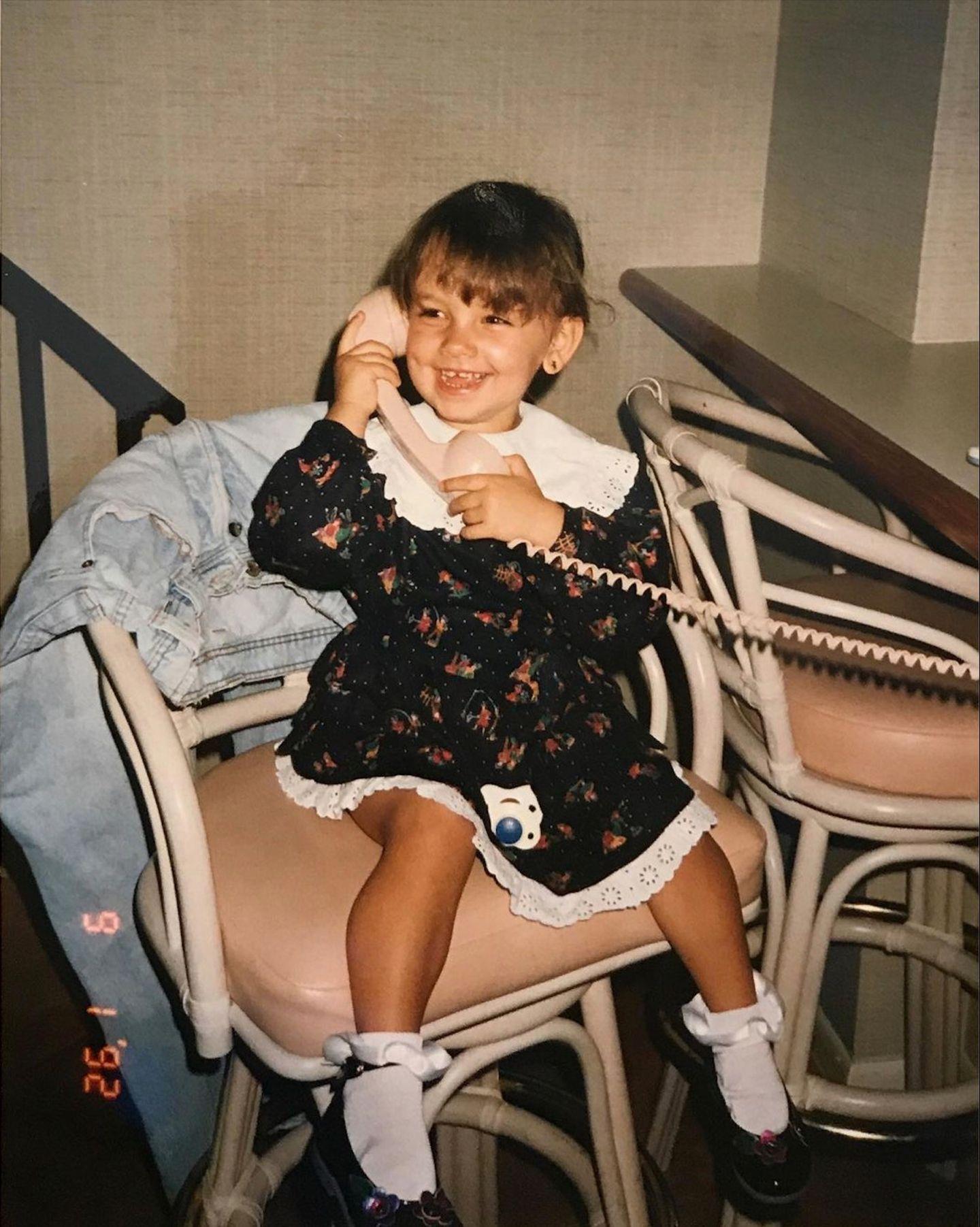"""Janina Uhse  Mit diesem zuckersüßen Kinderbild verrät die ehemalige GZSZ-Schauspielerin, was sie am liebsten zum Frühstück isst - und das ist ebenfalls zuckersüß. Denn auf Instagram schreibt sie: """"Einmal Pancakes und eine heiße Schokolade. Danke! Was wäre euer liebstes Frühstück heute?"""""""