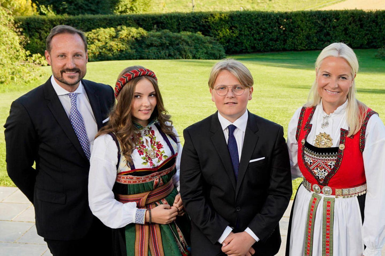 Die norwegische Kronprinzenfamilie grüßt am 5. September 2020 von ihrem Gut Skaugum anlässlich der Konfirmation von Prinz Sverre Magnus (Mitte). Hier soll am gleichen Tag das Foto entstanden sein, mit dem die Royals jetzt zu Weihnachten grüßen.