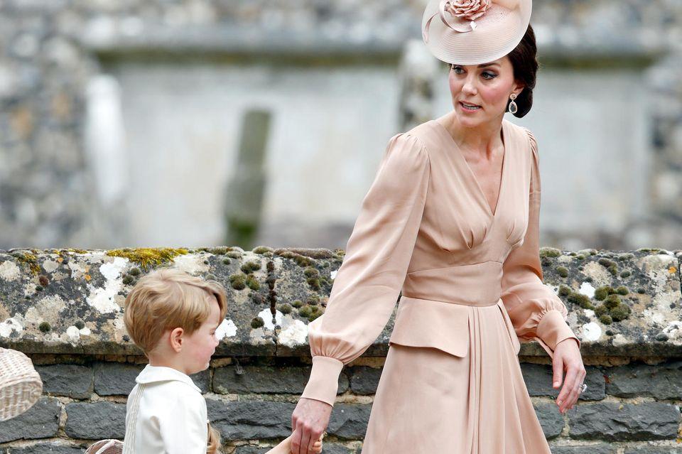 Herzogin Catherine mit ihren Kindern Prinz George und Prinzessin Charlotte bei der Hochzeit von Pippa Middleton im Mai 2017. George weint. Was vorgefallen ist - man weiß es nicht.