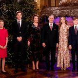 17. Dezember 2020  2020 ist alles anders: Die belgische Königsfamilie lauscht zwar dem traditionellen Weihnachtskonzert - doch diesmal im kleinen Familienkreis. Im festlich geschmückten Thronsaal des Brüsseler Palasts posieren daher nur (v.l.) Prinzessin Eléonore, Prinz Gabriel, Königin Mathilde, König Philippe, Kronprinzessin Elisabeth und Prinz Emmanuel vor dem imposanten Weihnachtsbaum.