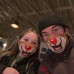 Sind das etwa zwei Rentiere, die an den rotnasigen Rudolph erinnern? Nein, das sind David Beckham und Harper Beckham, die den Mundschutz einfach als Weihnachts-Accessoire umfunktionieren. Wir finden's süß!