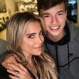 """Heute ist es um Damián van der Vaart etwas stiller geworden. Er lebt bei seinem Vater Rafael van der Vaart in Dänemark. Zu Weihnachten sind Sylvie Meis und ihr Sohn nun wieder vereint. Bei Instagram postet Sylvie stolz ein seltenes Selfie mit Damián und schreibt dazu: """"Weihnachten zu Hause!!!! So so so so so glücklich."""" Den Umgang mit der Kamera, hat der mittlerweile 14-Jährige noch genauso drauf, wie damals als kleiner Knirps."""