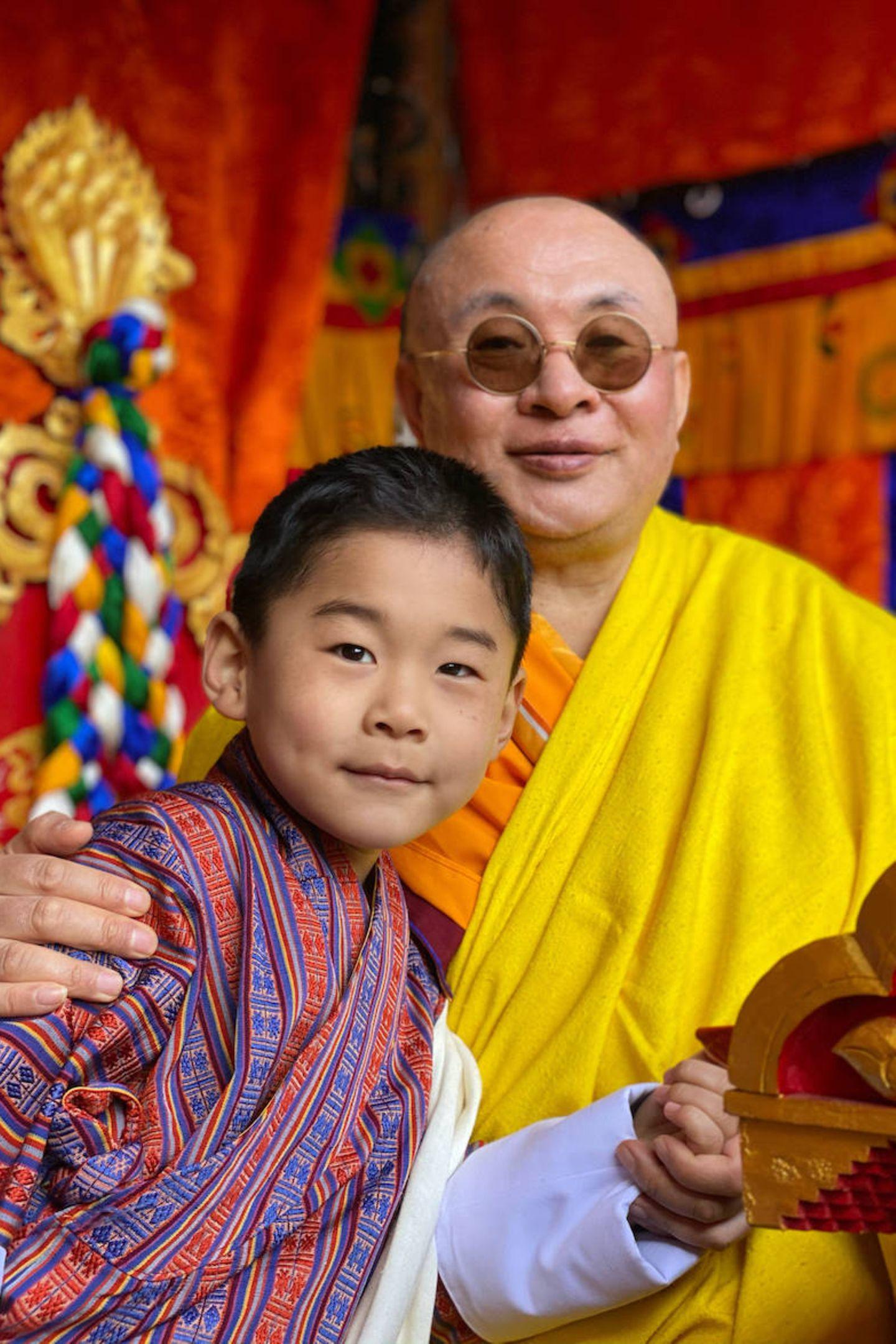 Prinz Jigme posiert am Nationalfeiertag mit Truelku Jigme Chhoeda, dem geistlichen Führer von Bhutan. Mit seinem niedlichen Lächeln erobert der kleine Thronfolger alle Herzen.