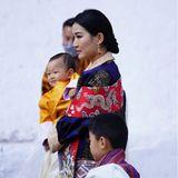 17. Dezember 2020  Die Königsfamilie von Bhutan feiert den Nationalfeiertag in der Kleinstadt Punakha. Alle Augen sind auf die wunderschöne Königin Jetsun gerichtet, die hier mit ihren beiden Kindern Prinz Ugyen (auf dem Arm) und Thronfolger Prinz Jigme zu sehen ist.