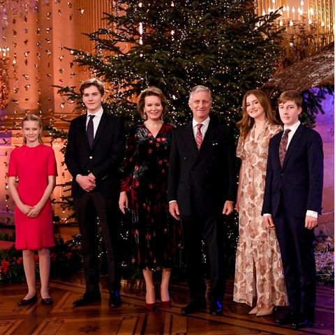 Beim jährlichen Weihnachtskonzert in Brüssel präsentiert sich Prinzessin Elisabeth von Belgien im funkelnden Maxikleid. Das schimmernde Dress ist von Ba&sh Paris und kostet 480 Euro. Esist in zarten Beige-und Brauntönen gemustert und raffiniert geschnitten. Durch die Flügel-Ärmel und die Knöpfe am Ausschnitt wirkt das Kleid feminin und der weich fallende Rock umschmeichelt die Silhouette. Dazu trägt Prinzessin Elisabeth ihre Haare offen und gewellt. Die Frisur und auch das Kleid stehender 19-jährigen ausgezeichnet.