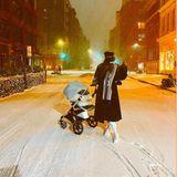 """17. Dezember 2020  New York erlebt den größten Schneesturm der letzten Jahre und mitten drin steht - kaum zu erkennen - Gigi Hadid mit ihrer kleinen Tochter. Zu diesem Instagram-Schnappschuss schreibt das Topmodel: """"Ihr erster Schnee"""" - aber was für einer!"""