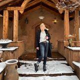 """15. Dezember 2020  Dieses verschneite Holzhaus sieht aber gemütlich aus, vor dem Amber Heard hier posiert. Für dieSchauspielerin aber eher eine ungewöhnliche Umgebung, hält die gebürtige Texanerin sich den Rest des Jahres überwiegend in wärmeren Gefilden auf. Dazu schreibt sie passend: """"Seltene Sichtung eines Texaners im Schnee""""."""