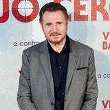 """Dem breiten Puplikum eher aus """"Schindlers Liste"""", Action- oder Fantasyfilmen bekannt, spielt Liam Neeson in der Liebeskomödie """"Tatsächlich Liebe"""" einen alleinerziehenden Witwer. Das soll jedoch nur ein kurzer Abstecher in die Romantikwelt werden. In Filmen wie """"The Dark Knight Rises"""" und """"Run All Night"""" beweist er in den vergangenen Jahren wieder seine """"Action-Stärke""""."""