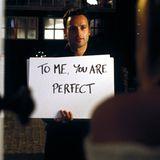 Die Szene, in der Mark, gespielt von Andrew Lincoln, der verheirateten Juliet seine Liebe mit Hilfe von Schildern offenbart, gehört zu den bekanntesten Szenen des Films.