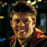 Kris Marshall mimt die Rolle des Botenjungen Colin, der in den USA sein Liebesglück sucht und dort ziemlich schnell in einer Bar Anschluss findet.