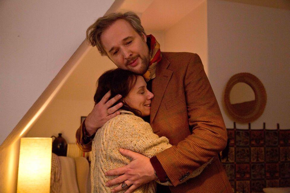 """""""Familie Bundschuh im Weihnachtschaos"""": Hadi (Stephan Grossmann) und Rose (Eva Löbau) halten sich in den Armen."""