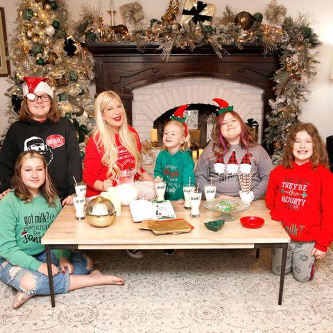 17. Dezember 2020  Lange haben wir Tori Spelling und ihre Familie nicht zu Gesicht bekommen. Nun zeigt sich Tori mit ihren fünf Kindern Stella, Liam, Beau, Hattie und Finn in weihnachtlichen Outfits in Festtagsstimmung.