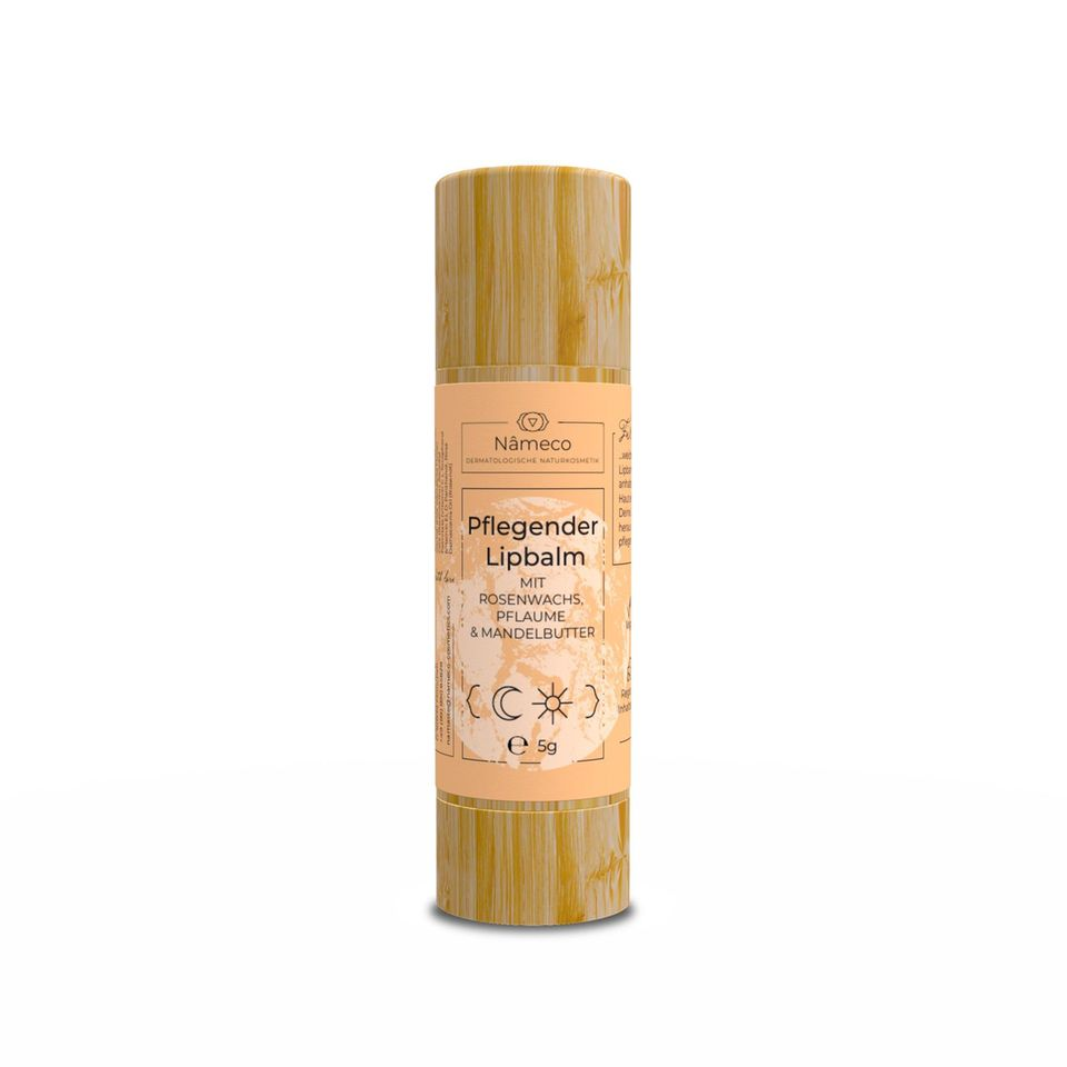"""Zarte Küsse Der pflegende Lipbalm der Marke """"Nâmeco"""" überzeugt nicht nur durch die veganen und lokal produzierten Inhaltsstoffe, sondern vor allem durch den herrlichen Geruch nach süßem Marzipan.Mandelbutter, Pflaumenöl, Rosenwachs und ätherischesRosenöl pflegen die Lippen intensivbei nur ein bis zwei Anwendungen amTag. 11Euro"""