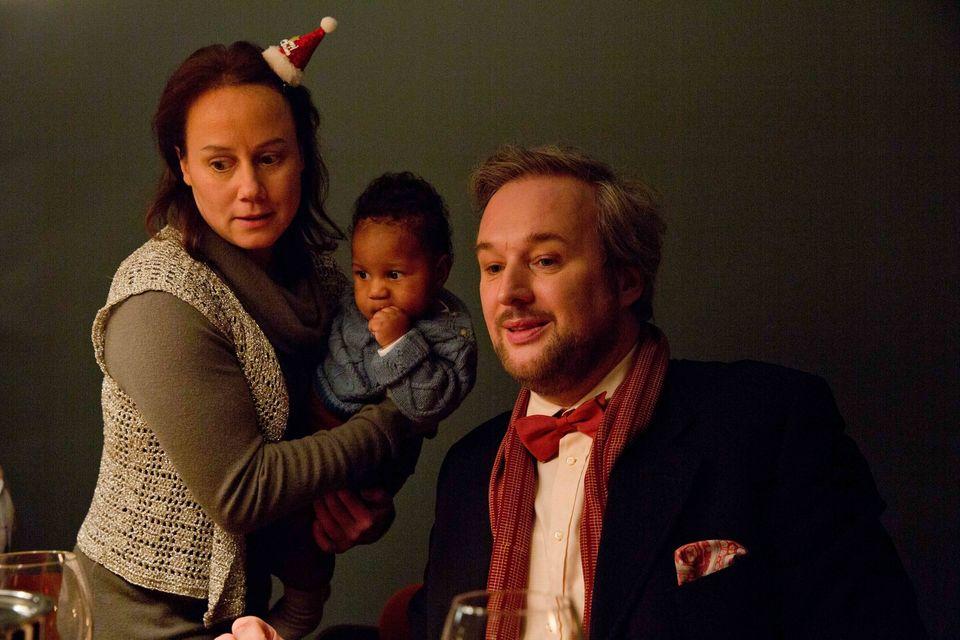 """""""Familie Bundschuh im Weihnachtschaos"""":Rose (Eva Löbau, l.) und ihr Mann Hadi (Stephan Grossmann, r.) haben eine komplizierte Familiensituation."""