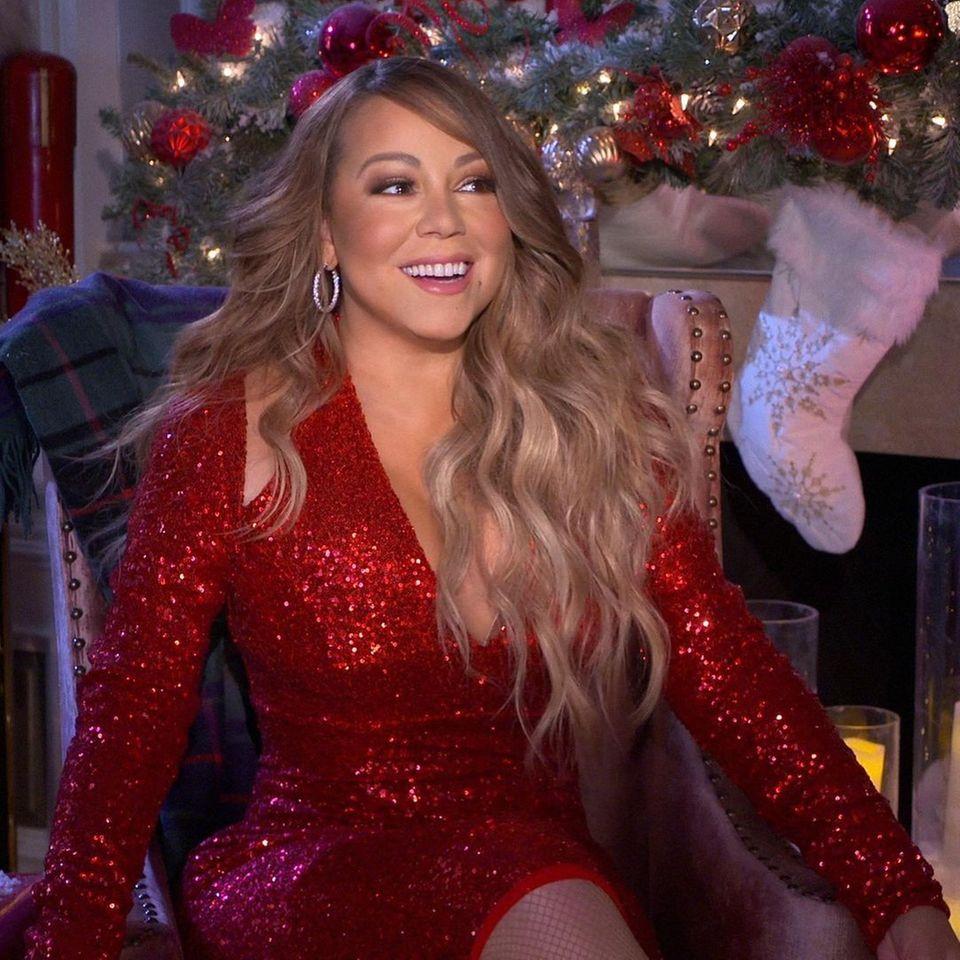 2020  Tja, auch vor einer Weihnachts-Institution wie Mariah Carey macht die Pandemie keinen Halt – die Popdiva zeigt sich dafür vor weihnachtlicher Kulisse im tiiiiiief ausgeschnittenen Paillettenkleid.