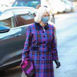 Beim Besuch eines Impfzentrums in Gloucestershire zeigt sich Herzogin Camilla von ihrer farbenfrohen Seite: Der karierte Mantel in Blau- und Pinktönen trotzt selbst dem grausten britischen Winterwetter, dazu trägt Camilla einen bunt geblümten Mund-Nasenschutz, der das Lila des Mantels wieder aufgreift.