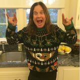 Die Gremlins sind los. Rocker Ozzy Osbourne trägt die kleinen Monster auf seinem diesjährigen Weihnachts-Sweater. Dann hoffen wir mal, dass er kein Wasser drauf verschüttet oder sich dem Sonnenlicht aussetzt.