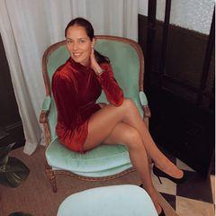 Mit diesem Bild erinnert sich Ana Ivanovic an die Zeiten, als man noch auswärts essen gehen konnte. Wir finden aber: Dieser Look ist doch perfekt für Weihnachten: Roter Samt, schwarze Pumps ...