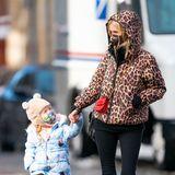 Wie süß sind die denn? Nicky Hilton und ihre Tochter gehen Hand in Hand in New York spazieren, beide sind dick eingepackt und sogar der Mund-Nasenschutz passt perfekt zum Look.