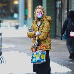 Im Winter alles grau, grau, grau? Nö, nicht bei Model Martha Hunt, die im verschneiten New York einen extra auffälligen Auftritt hinlegt.