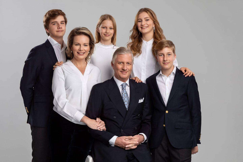 """18. Dezember 2020  Auch für die belgischen Royals ist in diesem Jahr einiges anders. Doch eine Tradition bleibt: Mit einem fröhlichen Familienbild schicken Königin Mathilde, König Philippe und die Kinder Prinz Gabriel, Prinzessin Eléonore, Prinzessin Elisabeth und Prinz Emmanuel weihnachtliche Grüße ans Volk.""""Am Vorabend dieser besonderen Weihnachtszeit wünschen wir Ihnen frohe Weihnachten und ein gesundes und glückliches neues Jahr"""", lauten die Zeilen der belgischen Königsfamilie, die sie sowohl auf französisch als auch auf holländisch via Social Media an ihre Follower richten. Aufgenommen wurde das Fotobeim einem offiziellen Familienshooting im königlichen Palast in Brüssel."""