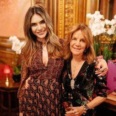 """Mit rührenden Worten wendet sich Ayda Field via Instagram an ihre Mutter Gwen Field, die ihren 71. Geburtstag feiert: """"Mama ... heute vor einem Jahr haben wir in Paris deinen 70. Geburtstag gefeiert, voller Freude und Lachen. Ein Jahr später, eine Krebsdiagnose, eine Pandemie und Tausende von Kilometern voneinander entfernt, haben sich die Dinge geändert. Aber angesichts solcher Herausforderungen bist du positiv und inspirierend geblieben. Auch wenn ich dich nicht umarmen oder bei dir sein kann, liebe ich dich und feiere dich über Ozeane und Länder und eine ganze Menge Verrücktheit hinweg. Du warst immer mein Licht. HAPPY BIRTHDAY MOMMY ... Ich liebe dich bis zum Mond und zurück."""""""