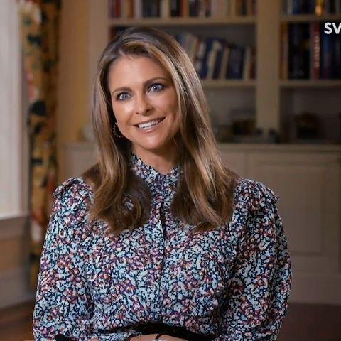 """Beim Interview mit dem Sender SVT zeigt sich Prinzessin Madeleine in einem Kleid der Marke """"By Malina"""" – die lieben auch Schwester Victoria und Schwägerin Sofia.Dazu trägt sie Creolen von Sophie by Sophie."""