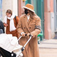 Wer ist die stylischte Mama im Land? Gigi Hadid hat auf jeden Fall sehr hohe Chancen auf den Titel. Das Model, das erst vor kurzem Mutter geworden ist, zeigt sich mit Kinderwagen in New York. Besonders auffällig: Gigis Winterlook aus Hut von Louis Vuitton, Oversize-Cordmantel und Boots von Doc Martens.