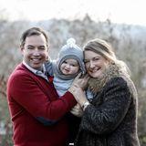 Schnell geht es für ein winterliches Familienmotiv noch nach Draußen. Mit dieser Fotoreihe verabschiedet sich das Erbgroßherzogenpaar für dieses Jahr und wünscht einen schönen Silvesterabend.