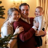 20. Dezember 2020  Was für ein schönes Familienfoto. Der luxemburgische Hof teilt am Adventssonntag eine Reihe neuer Bilder von Erbgroßherzogin Stéphanie, Erbgroßherzog Guillaume und Söhnchen Prinz Charles. Strahlend steht die Familievor dem geschmückten Weihnachtsbaum.