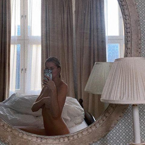 Wie Gott sie schuf posiert Lena Gercke vorm Spiegel und freut sich scheinbar sehr auf den Heiligabend, zu dem sie den Countdown eröffnet.