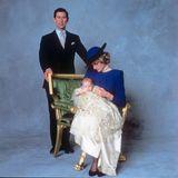 21. Dezember 1984  Im Alter von drei Monaten lassen Prinz Charles und Prinzessin Diana ihren zweiten Sohn Prinz Harry taufen. Das ist mittlerweile ganze 36 Jahre her. Für diesen besonderen Anlass wählt Lady Di ein royal-blaues Kostüm. Klein-Harry trägt das traditionelle Taufkleid der Windsors.