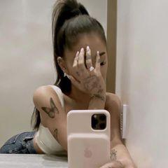 Wooooow, was für ein Klunker! Auf Instagram präsentiert Sängerin Ariana Grande stolz ihren Verlobungsring – und der kann sich definitiv sehen lassen. Laut Experten soll der Ring rund 350.000 Dollar (circa 280.000 Euro) wert sein. Da hat ihr FreundDalton Gomez ganz schön tief in die Tasche gegriffen.